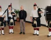 Photo M. David Kerr avec des joueurs de cornemuse